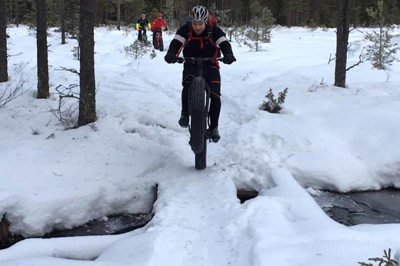 Fatbikemiljøet i Lillehammer feirer innvilging av skuterløyve til fatbike for tre år med tjukksykkelkonkurranse rundt Abbortjernet tredje dag jul. Foto: Tom Ruud