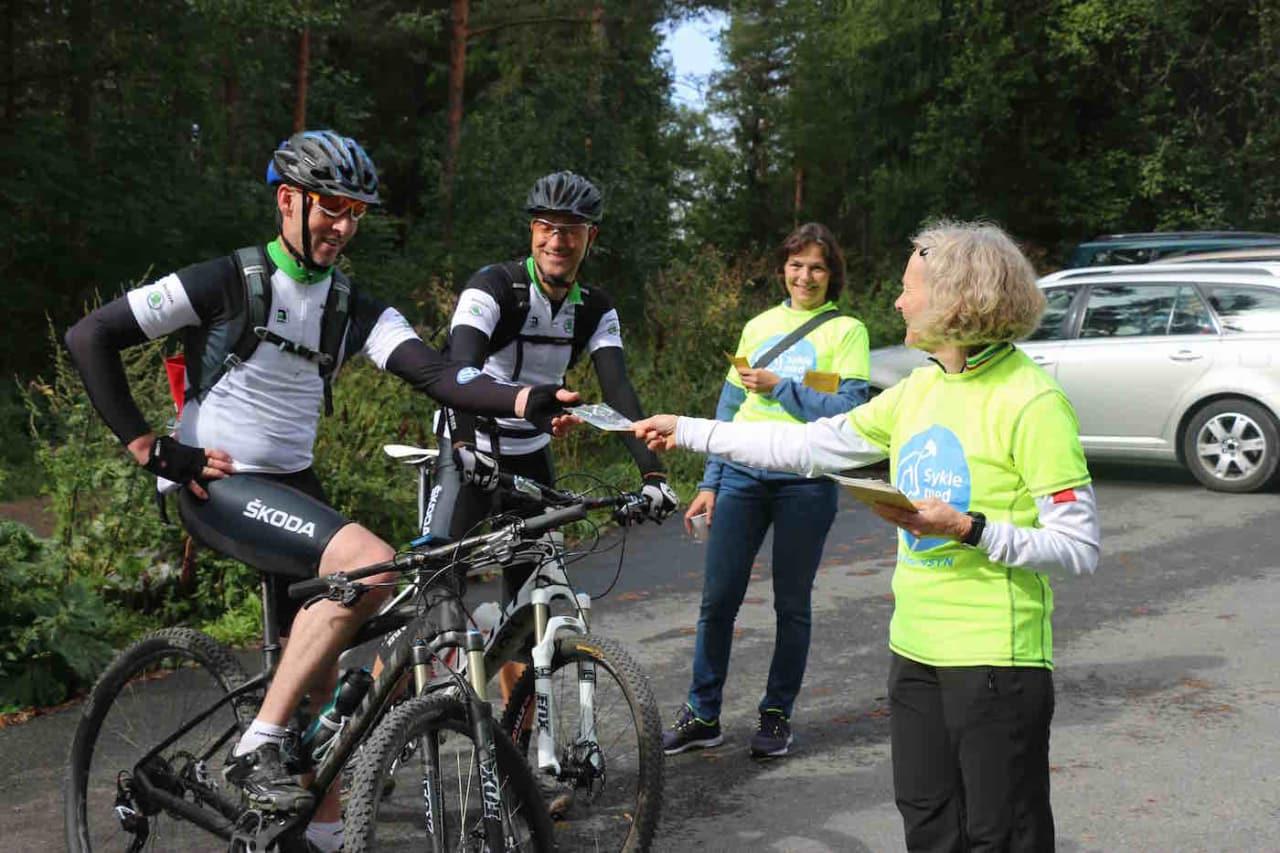 """Søndag kjøres tredje utgave av kampanjen """"Sykle med huet, vis hensyn"""" i Oslomarka, der sykkel- og friluftsorganisasjonene i regionen blant annet deler ut sykkelvettreglene. Foto: Arrangøren"""