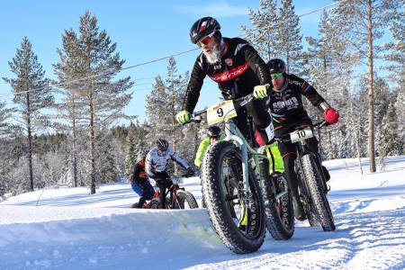 Morten Vaeng foran Vidar Mehl under fatbike-NM på Lygna i februar. Foto: Ola Morken