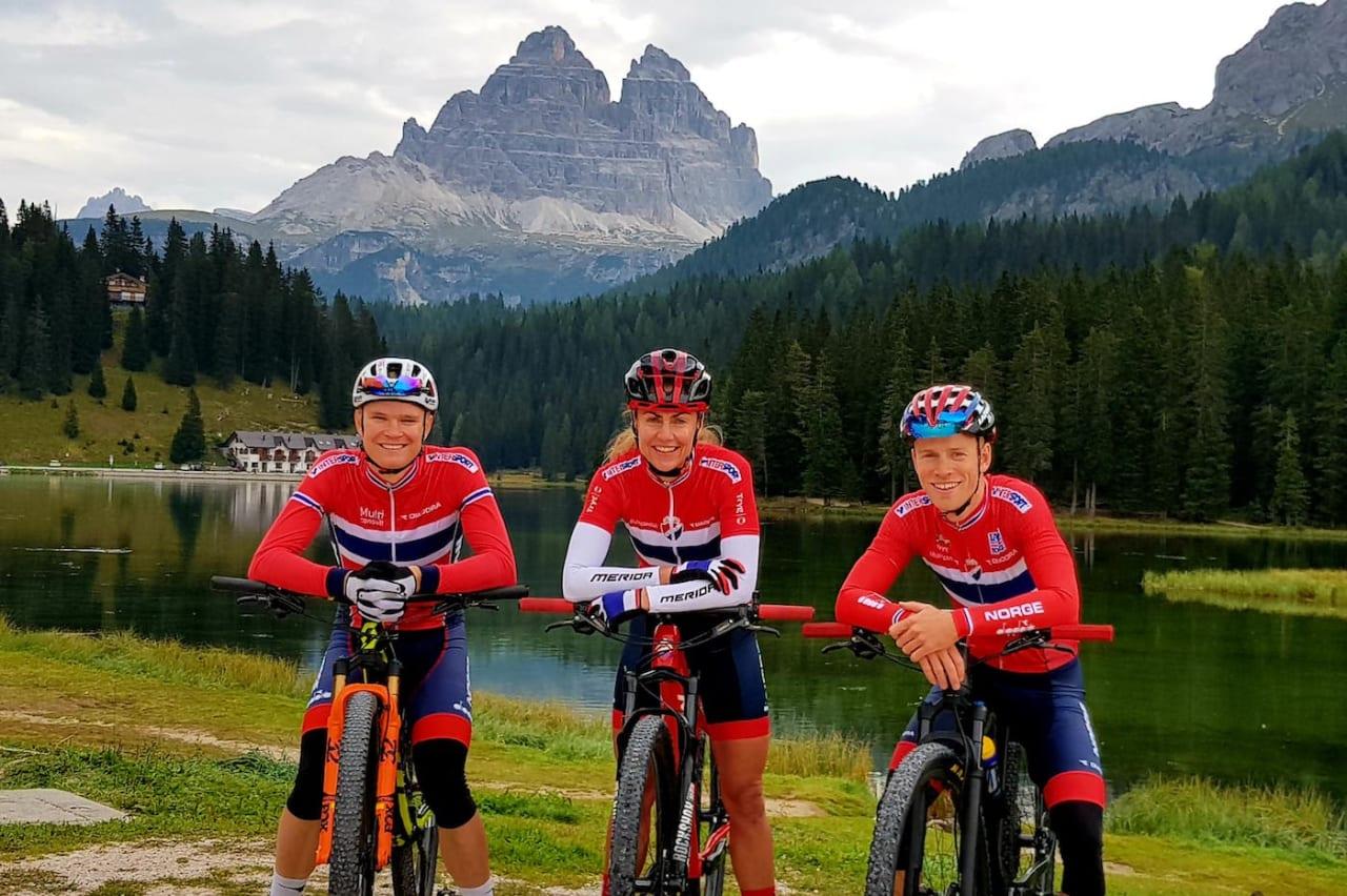 Skal du sykle maratonmesterskap i landslagsdrakta gjelder egne uttakskriterier. Her er Petter Fagerhaug (til venstre), Gunn-Rita Dahle Flesjå og Ole Hem klare for VM i maraton 2018. Foto: NCF