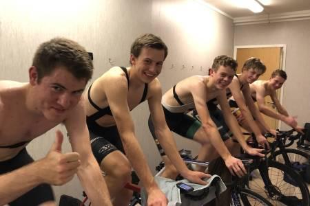 På Lillehammer svetter syklistene i strie strømmer som en del av et flerårig forskningprosjekt for å finne ut hvordan utøverne best kan tilpasse seg de klimatiske forholdene som venter til  OL i Tokyo. Foto: Bent Rønnestad