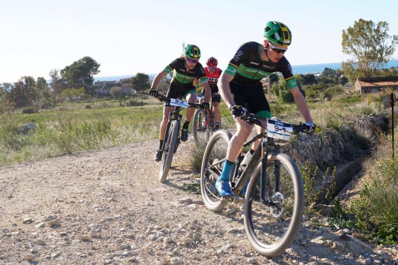 Erik Hægstad foran makker Eirik Pettersen på siste etappe i Costa Blanca Bike Race. Foto: Martine Opsahl