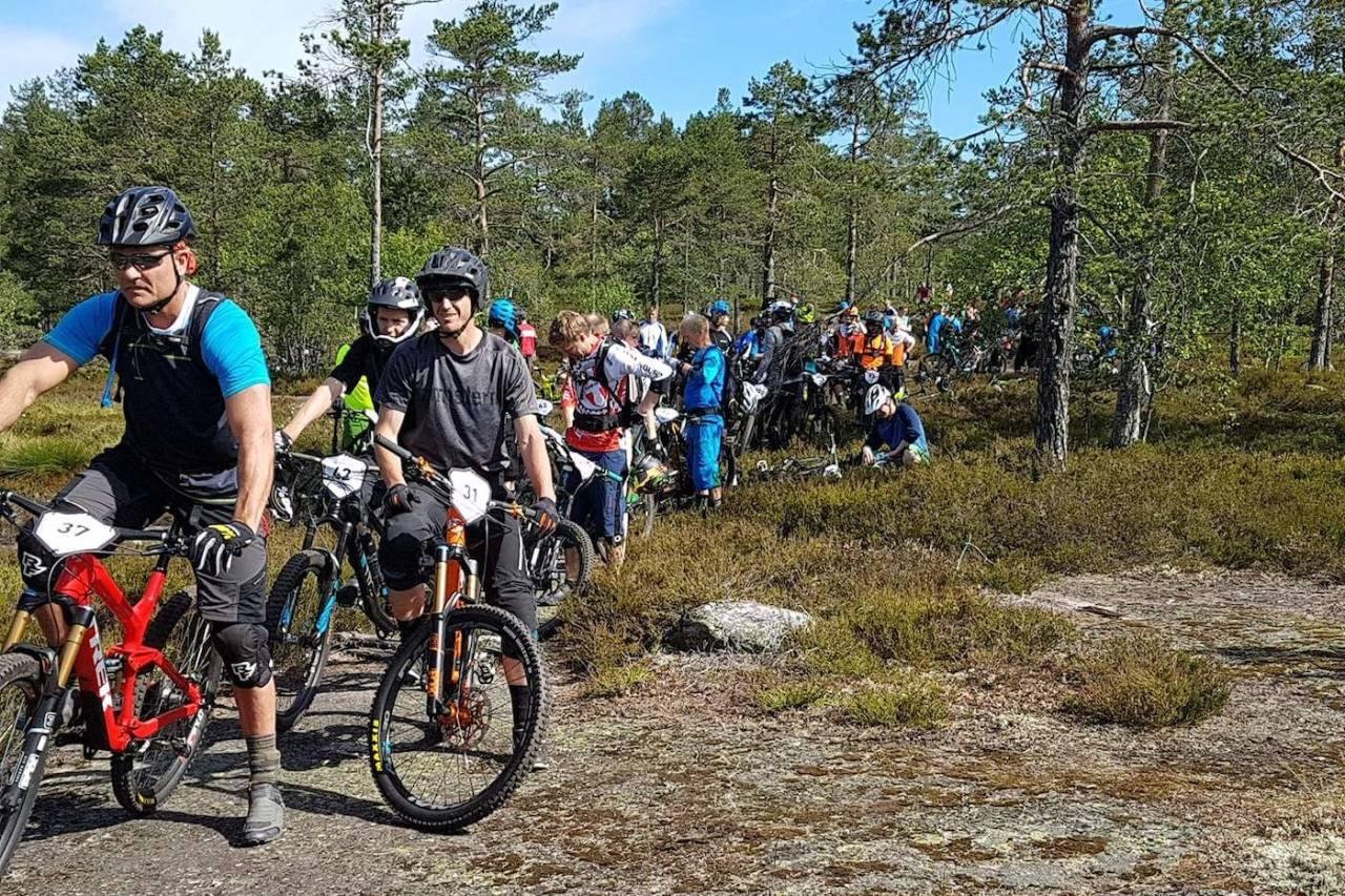 FOLKSOMT: Det har også tidligere vært mange med i DrammEnduro, men det er første gang enduroklassikeren har nådd 180 påmeldte. Foto: Silje Holmsen