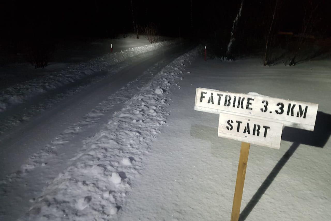 Mørketid er ingen hindring: Tirsdag kveld ble den tekniske løypa Smørstadjordet fatbike innviet. Starten ser imidlertid overraskende snill ut. Foto: Stig-Ronny Nilsen