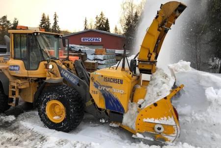 Det gjenstår vesentlig dugnad både med store maskiner og håndredskap før Fiskum-løypan er klar for Norgescupåpning. Foto: Fiskum IL