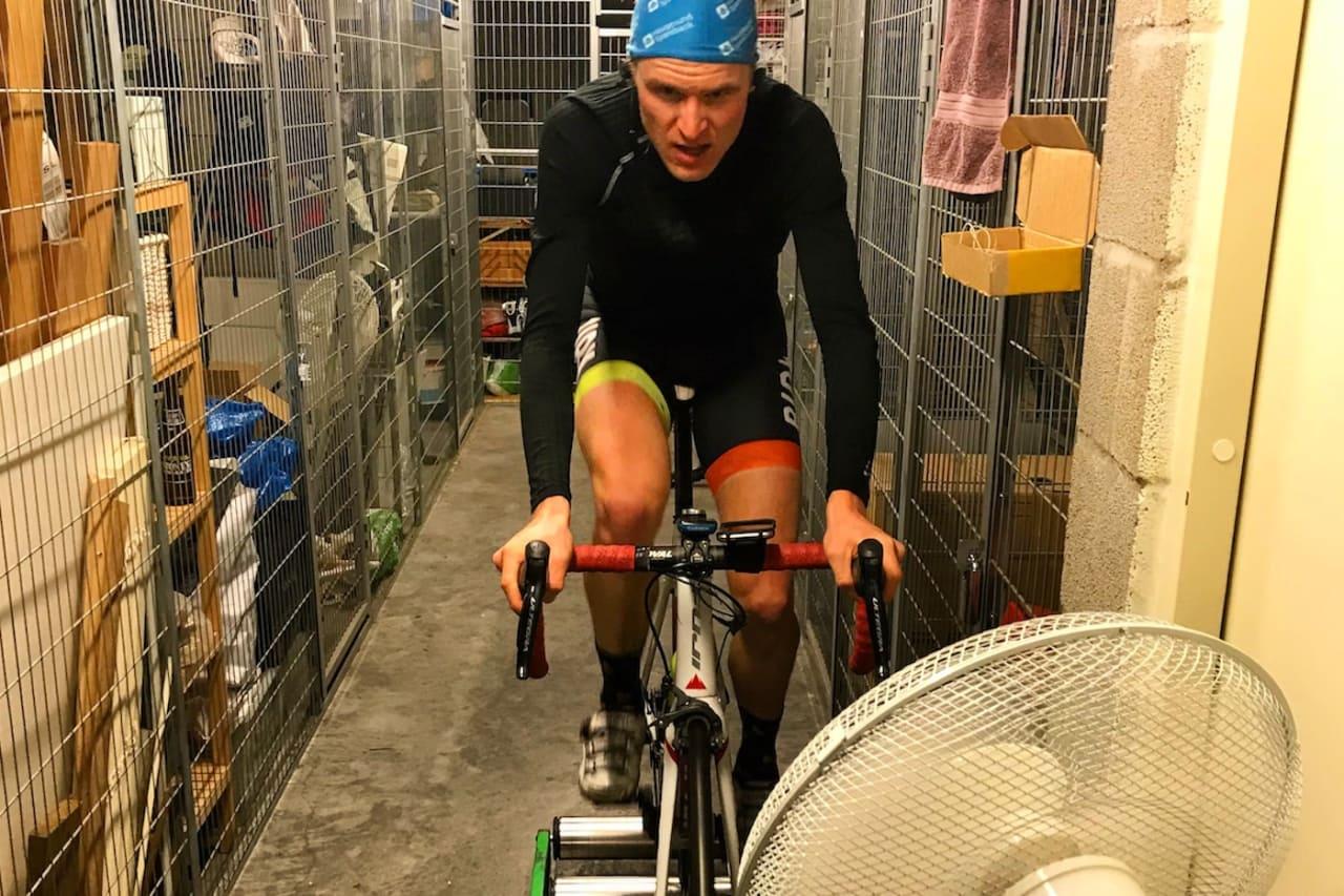 Lars Granberg sykler helst ute, men de inneøktene han kjører gjør han korte og effektive, og på balanserulle.