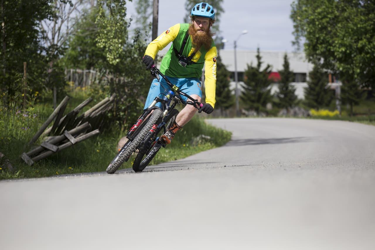 TA GREP: Alle kan vel svinge på en sykkel? Jo, ja. Det kan diskuteres. Her skal du i hvert fall få noen tips til hvordan du får bedre grep i skogen. Bilde: Christian Nerdrum