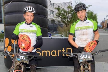Daniel Boberg Leirbakken og Bjørnar Aronsen vant OF300 etter å ha syklet over 20 kilometer i timen i snitt over Finnmarksvidda. Foto: Jon Vidar Bull