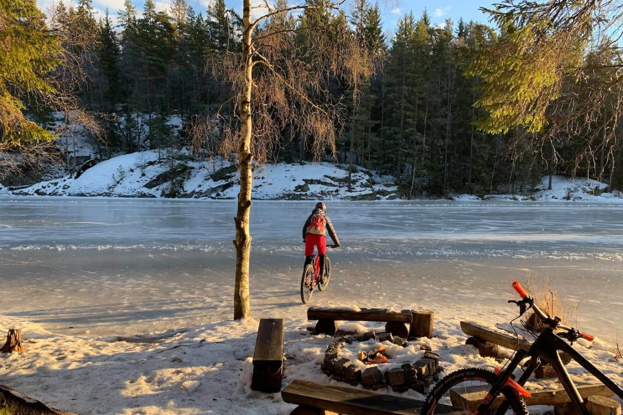 På Syverudtjern er det brøytet isbane. Den ble selvsagt testet på lørdagens fellestur i Syverudrunden, her ved turens yngste deltaker Miriam Dyrnes (14). Foto: Trond Dyrnes