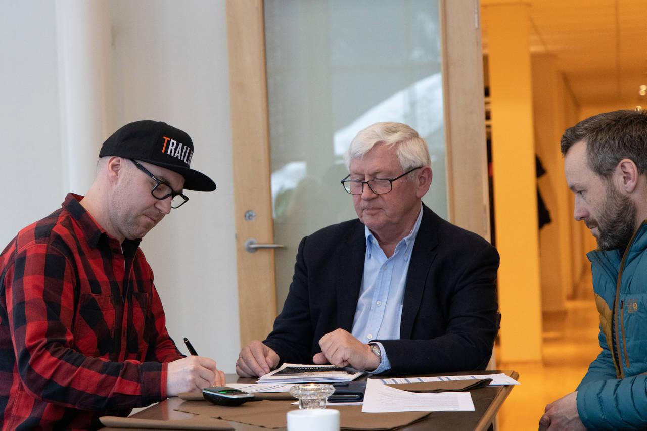 Knut Lønnqvist (til venstre)  og Ove Grøndal (til høyre) i Trailhead Nesbyen undertegnet kontrakten med Norges flotteste sykkelopplevelse ved Osmund Ueland. Foto: Norges flotteste sykkelopplevelse