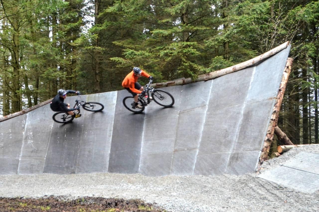 Njåveggen er tre meter høy og en av sesongens nye elementer i Njå Bike Park på Jæren. Foto: Elisabeth Aanensen