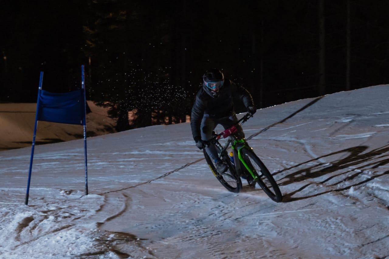 Magnus Slinger Sørli syklet med semi slick dekk og full kontroll. Foto: Morten Dodson