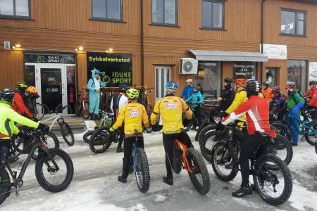 Rundt 25 mann og en kvinne var med Michael Cook og Anders Bernhoft på Global Fatbike Day. Foto: Anders Bernhoft