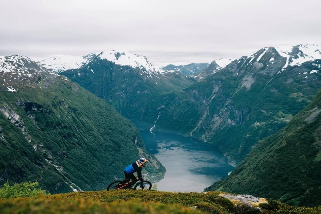 Makken tok for seg Geiranger. Det ble en heftig sykkeltur. Foto: Emil Kjos Sollie/Red Bull Content Pool