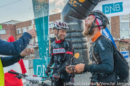 UBESKRIVELIG: Erik Skovgaard Knudsen (til høyre) og makker Per Thomsen feiret som seg hør og bør etter over to dager og 70 mil i ødemarken. Foto: Venche Jensen