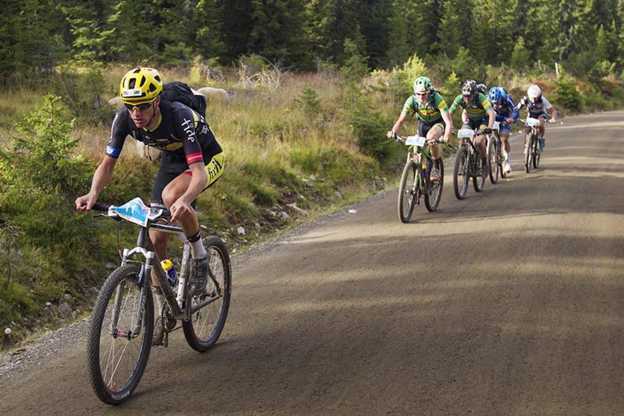 Åsmund Løvik (27) vant Birken, her med førsteårssenior Petter Fagerhaug hakk i hæl over fjellet. Fagerhaug var en av 10 unge under 25 år blant de 30 beste. Foto: Kristoffer Kippernes