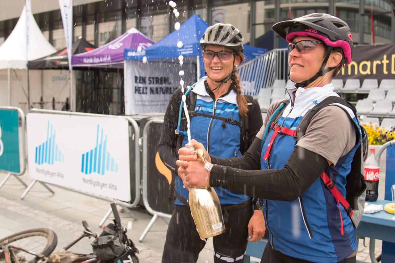 Nina Gässler (foran) og Linda Treseng ble tidenes første damelag til å fullføre OF700. Foto: Morten Broks