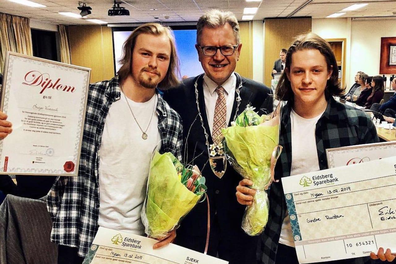 På onsdag fikk Brage Vestavik (til venstre) Eidsberg kommunes hederspris for sterke prestasjoner for femte år på rad, Sindre Rustan fikk den for første gang. Det var ordfører Erik Unaas som delte ut prisen. Foto: Privat