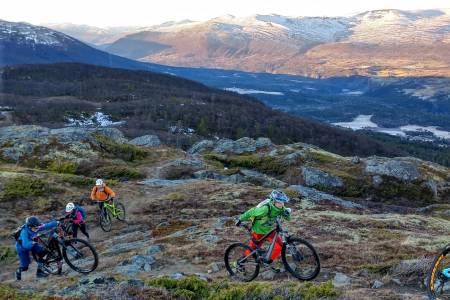 I påvente av vinteren nyter stisyklistene strøkne forhold med barfrost mange steder i landet. Foto: Geir Plassen