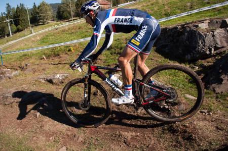 PÅ FULLDEMPER: Det har tatt lang tid, men Julien Absalon har nå endelig bestemt seg for å sykle VM-rittet på en fulldempet BMC FS01. Verden står likevel til påske. Foto: Øyvind Aas