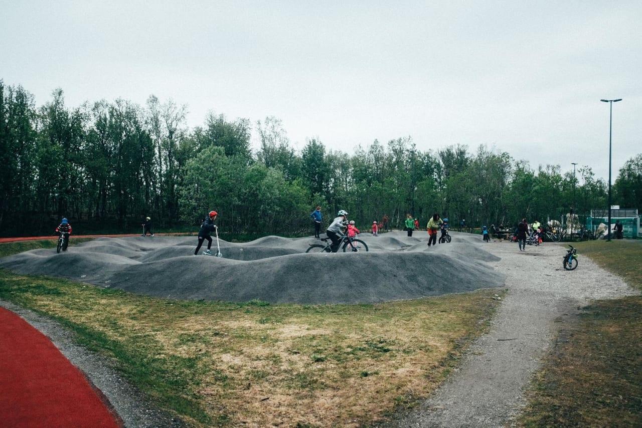 POPULÆRT TILBUD: Pumptracken i Tromsø brukes av mange i alle aldre. Foto: Sjur Melsås