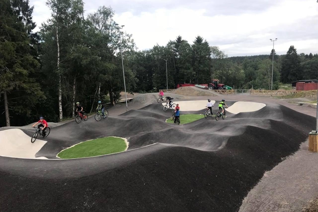 ASFALTMORO: En pumptrack er morsomt både for yngre og eldre syklister. Foto: Harstad CK