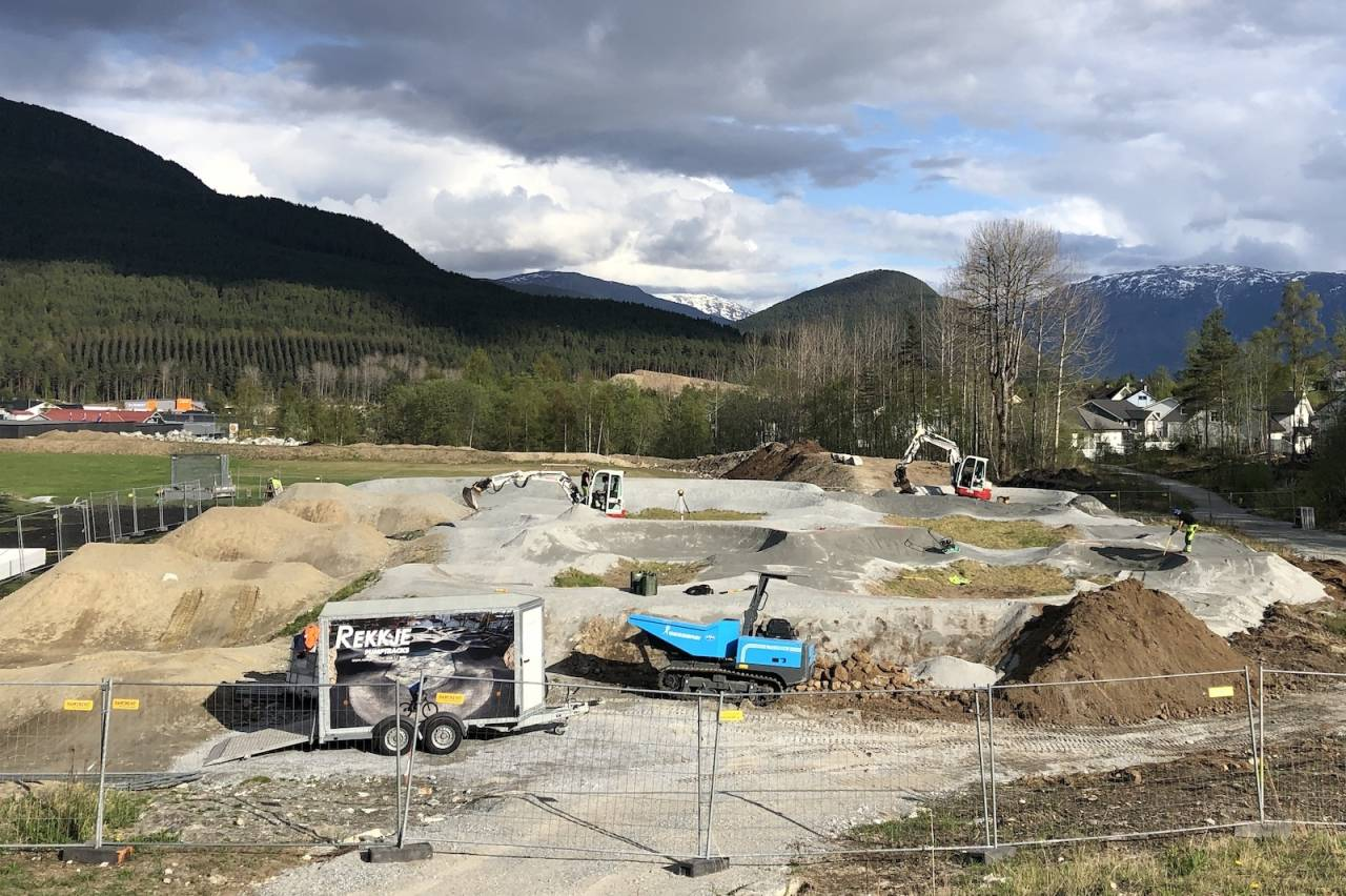 Pumptracken på Kaupanger i Sogndal gjøres klar til asfaltering