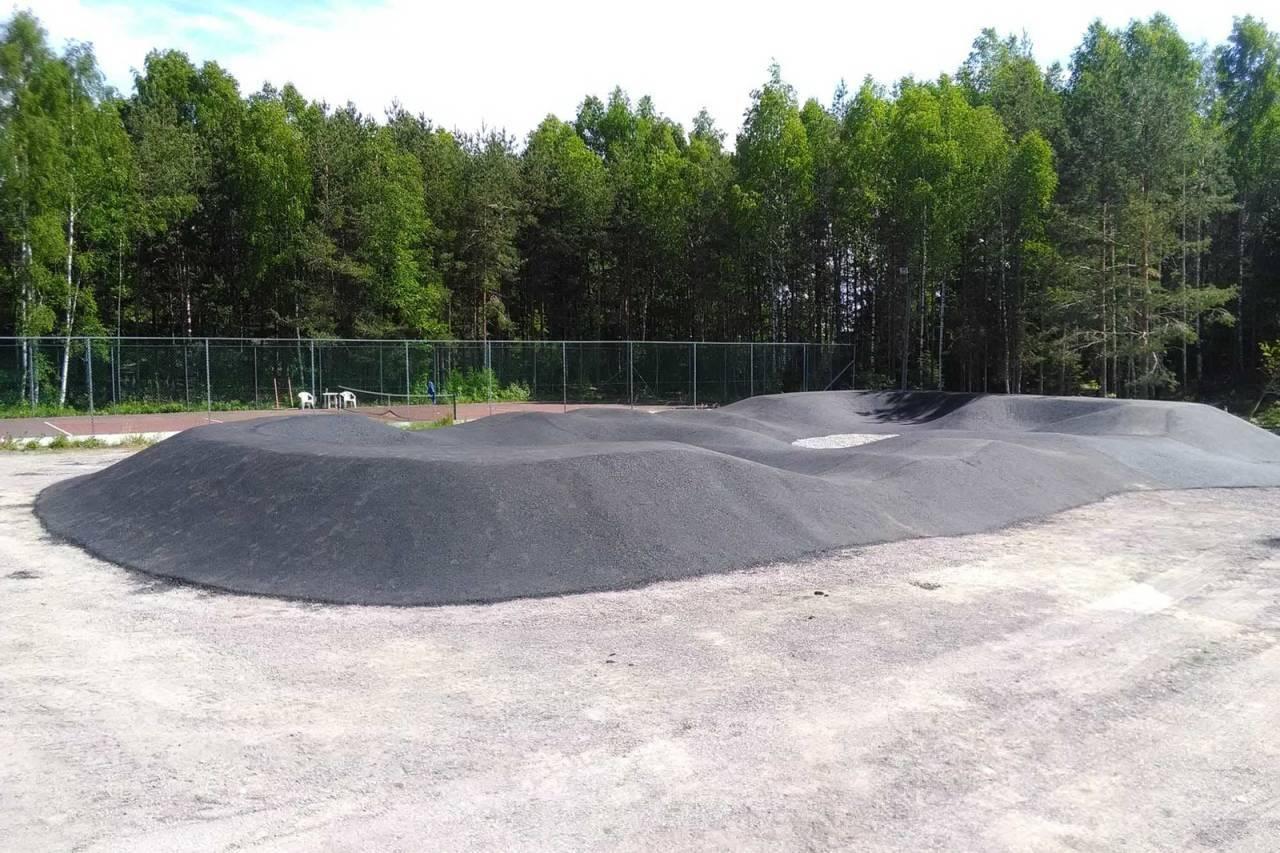 ASFALTERT: Pumptracken i Sande er gjort med skikkelig grunnarbeid, og asfaltert. Foto: Rune Høydahl