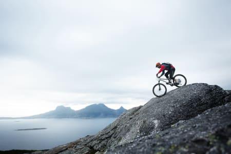 Andreas Klette sykler Framsia ned mot Bodø, med øyen Landegode i bakgrunnen. / Stisykling i Norge.