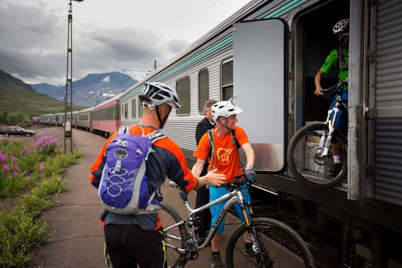 Rallarvegen ned mot Rombaksbotn går langs jernbanen som frakter malm fra Kiruna til Narvik. Er du heldig kan du få skyss av RIB inn til Sildvik sommerstid. / Stisykling i Norge.