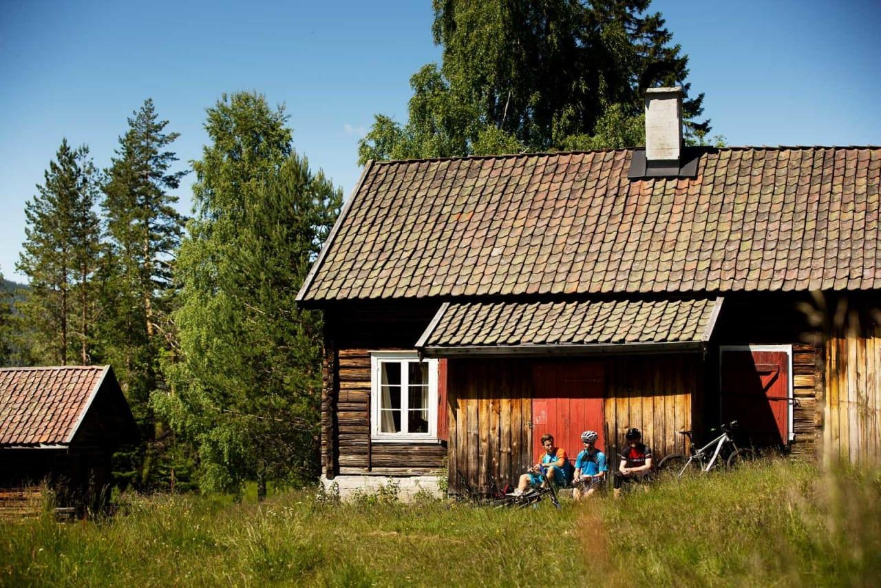 Sverre Eckhoff, Per-Eivind Syvertsen og Jostein Nymoen tar en pause i solveggen på Aspesetra. / Stisykling i Norge.
