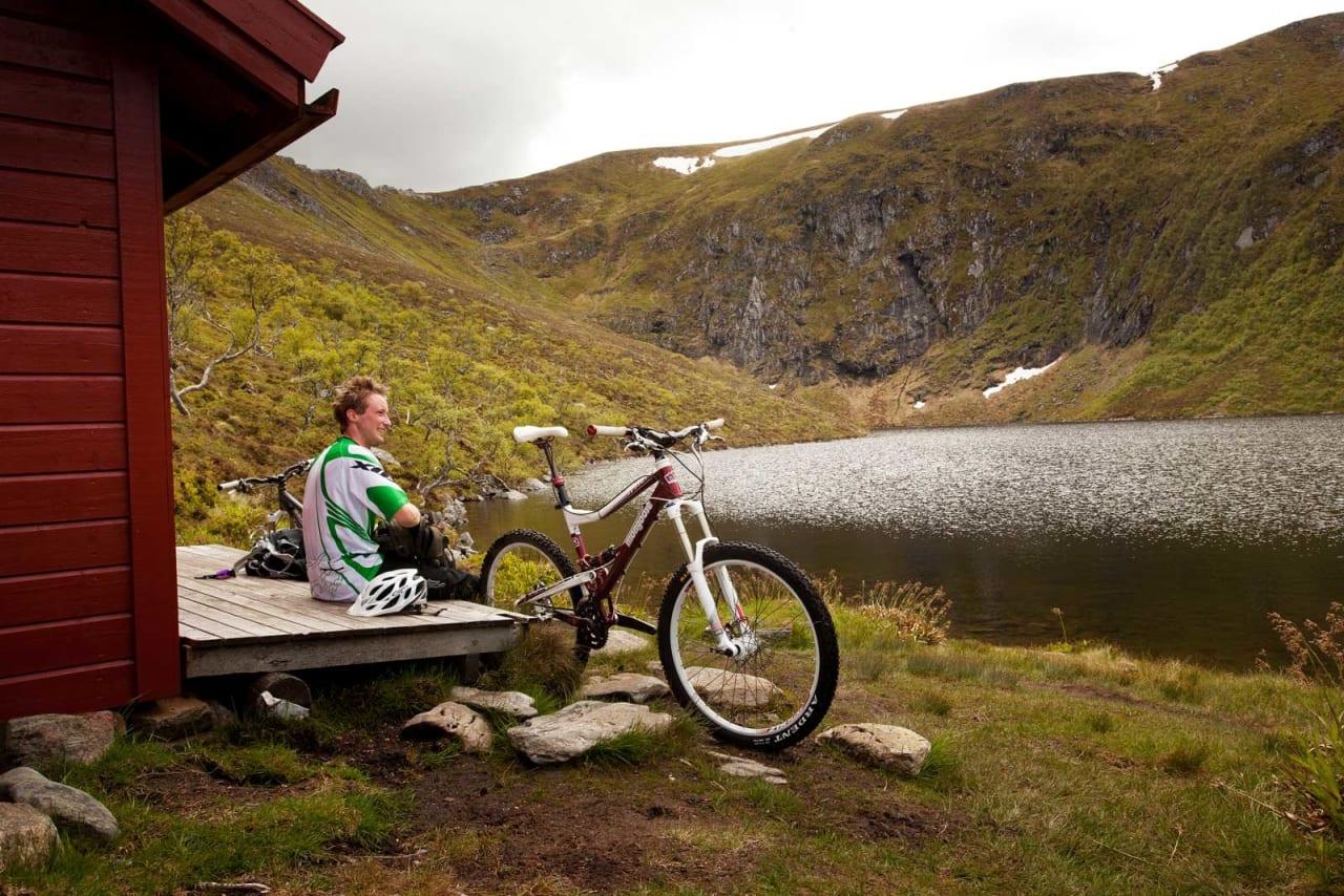 På vei til Sjurvarden er det fint å stoppe ved Skottenvatnet for en pause. / Stisykling i Norge.
