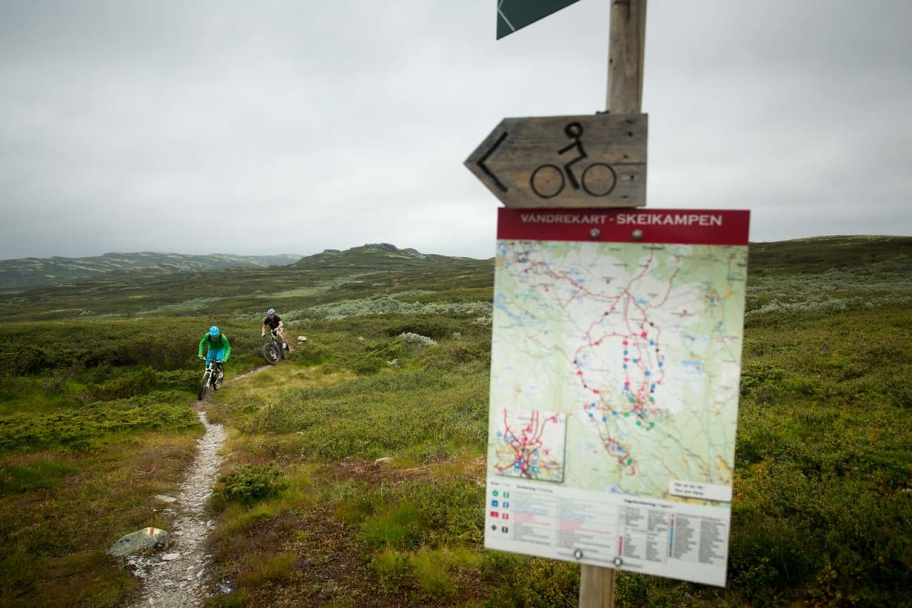 Torger Fenstad og Ståle Hansen følger godt merkede turstier og vandrekart på Slagsfjella. / Stisykling i Norge.