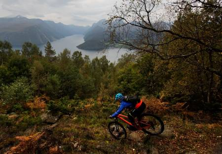 Ansokhornet er nabotoppen til Liahornet, og de to lar seg fint kombinere på én dag. / Stisykling i Norge.