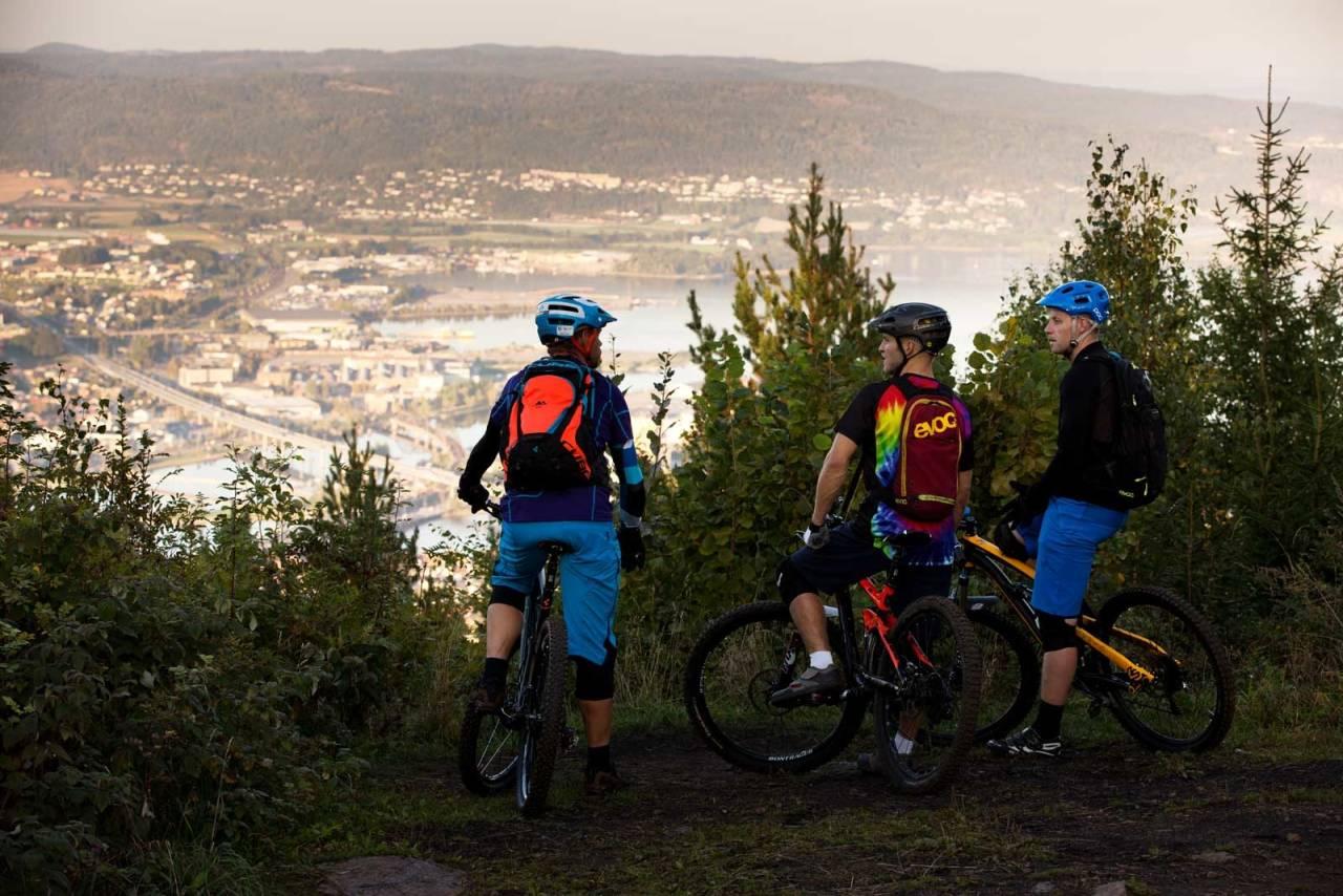 Jostein Børresen, Bård Sturla Stokke og Stian Rånes får et lite overblikk over Drammen sentrum, før det bærer videre på morsomme stier på Konnerud. / Stisykling i Norge