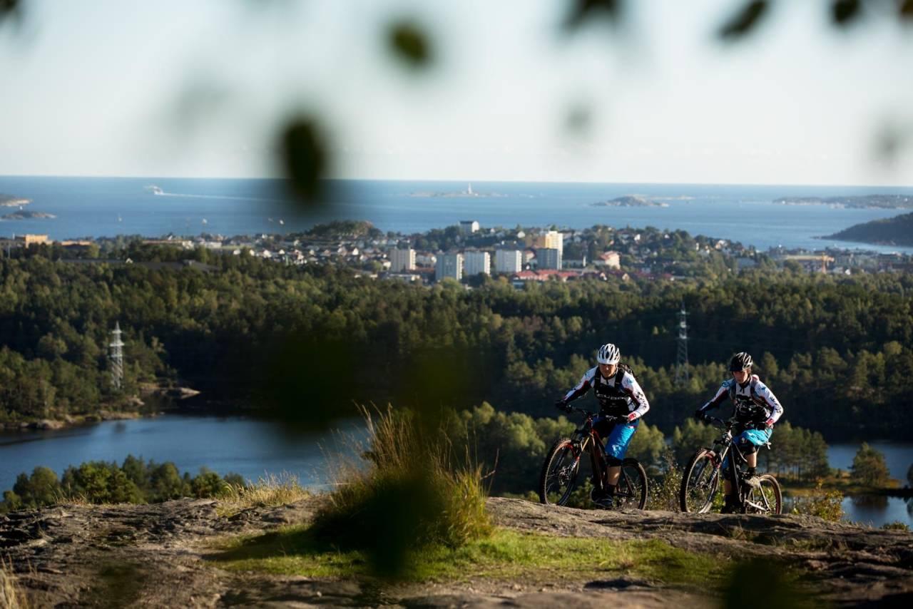 Holmenkollen finnes ikke bare i Oslo, Kristiansand har også sin egen variant. Øyvind Østvedt og Steffen Dutton på vei mot toppunktet. / Stisykling i Norge.