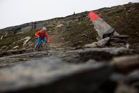 Stien fra Låktåjåkka fjellstasjon ned mot E10 er lang, sammenhengende og sinnssyk morsom. / Stisykling i Norge