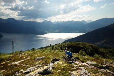 Fra Liahornet har du fin utsikt mot Stranda og Ansokhornet, som kan kombineres med turen til Liahornet. / Stisykling i Norge.