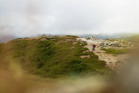 No. 6 byr på litt annet underlag enn de fleste andre stiene i Bodø. Martin Klette setter slalåmsvinger på sand. / Stisykling i Norge.