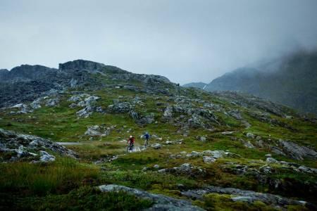 Christian Sommer-Larsen og Espen Johnsen tar fatt på øvre del av nedkjøringen fra Toro på en bare middels fin sommerdag. / Stisykling i Norge.