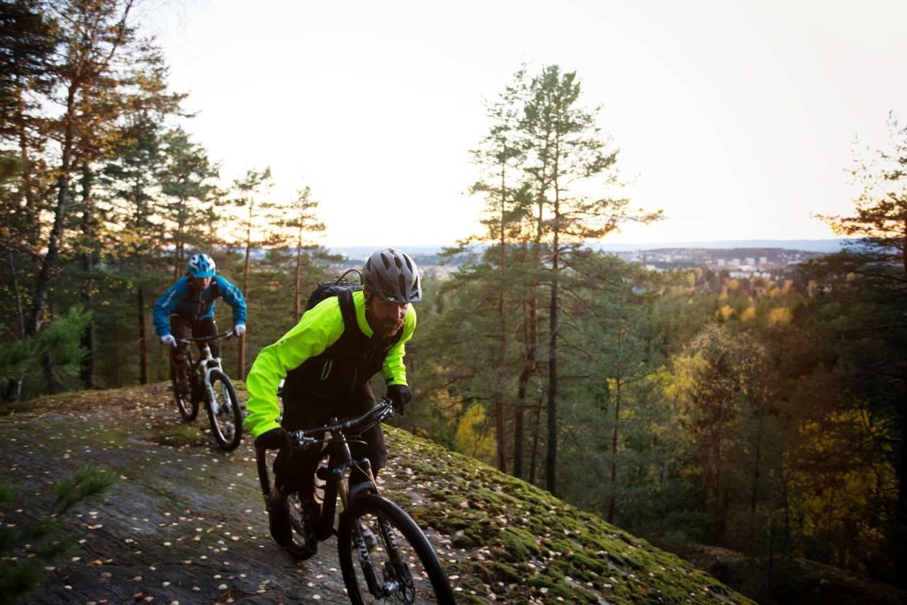 Trulsrunden er et populært utfartsmål for stisyklister i Oslo. Knut Lønnqvist og Bård Sturla Stokke får såvidt utsikt over byen på ett av svabergpartiene i Østmarka. / Stisykling i Norge.
