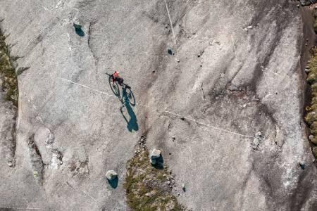 GRANITTFEST: Skjomen utenfor Narvik er et helt spesielt sted å sykle. Endeløse svaberg byr på stisykkelmuligheter utenom det vanlige. Foto: Anderas Køhn