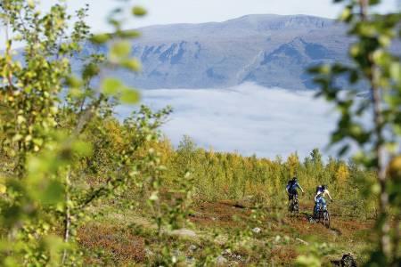 OVER HAVTÅKEN: Henriette Jordheim og Martin Farrell på vei opp mot Rullebu.