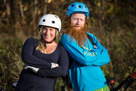 TRYGGE RAMMER: Det ble nytt å sette seg inn i for tidligere skiproff Hedda Berntsen da hun fikk nybegynnerkurs med terrengsyklist Aslak Mørstad. Foto: Christian Nerdrum