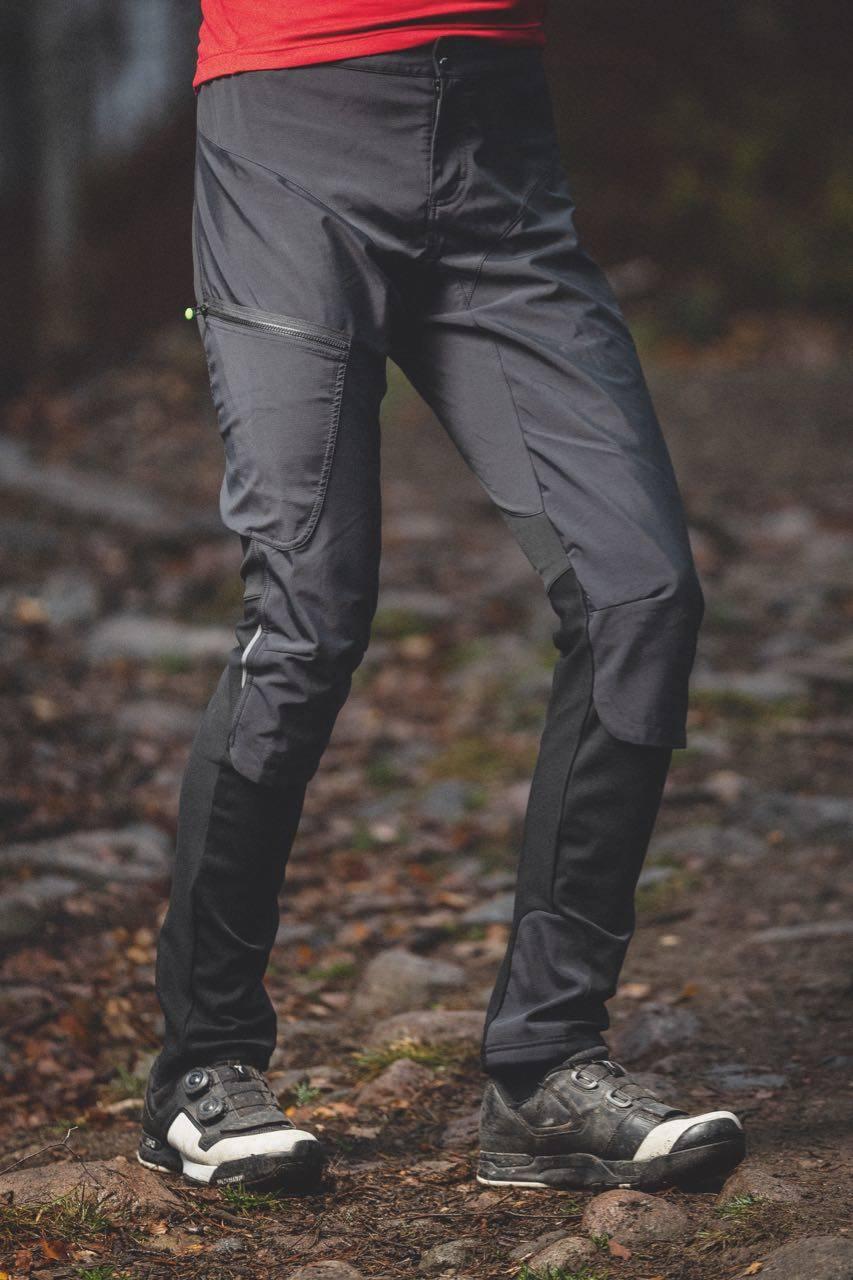ETTERSITTENDE: Gore sin langbukse er for trang til knebeskyttere, men kan også fungere godt til løping.