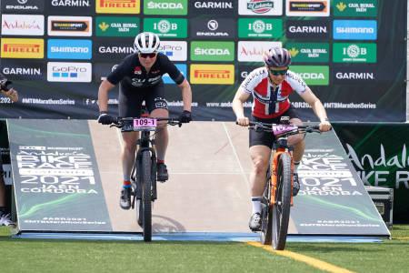 Hildegunn Gjertrud Hovdenak (til høyre) og makker Janine Schneider vant torsdagens etappe i Andalucia Bike Race 2021