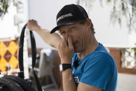 UT MED SLANGEN: Redaktør Øyvind Aas er ingen stor fan av slanger når han skal sykle ritt. Derfor sykler han slangeløst. Foto: Christian Nerdrum