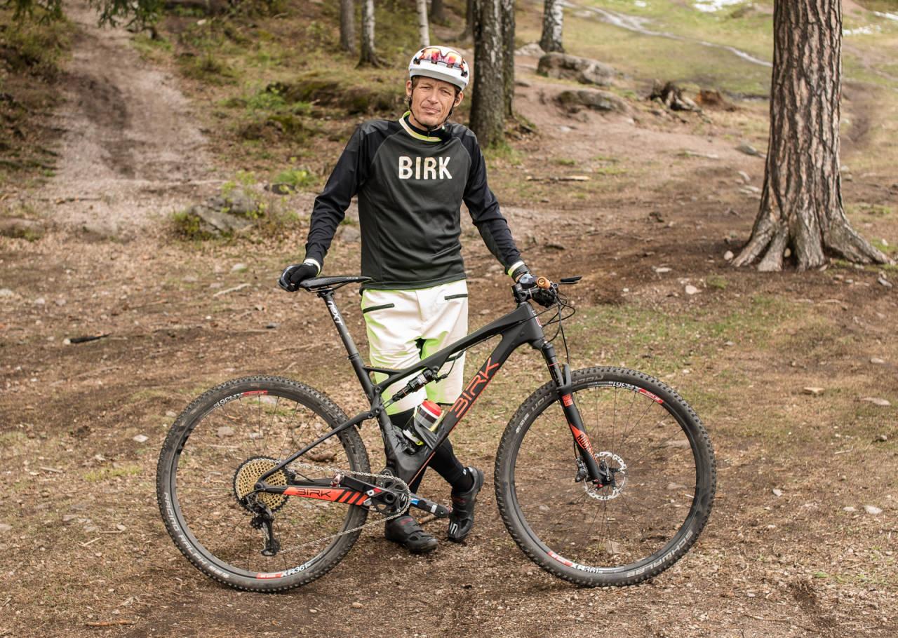 LETT FORSKNING: Redaktør Øyvind Aas sjekker om det er tid å spare med en lett contra tung sykkel. Foto: Christian Nerdrum