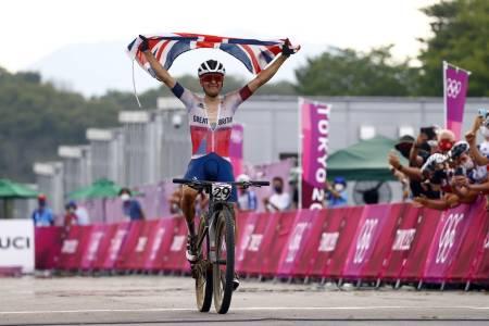 21 år gamle Tom Pidcock fra Storbritannia vant rundbanerittet i OL i Tokyo