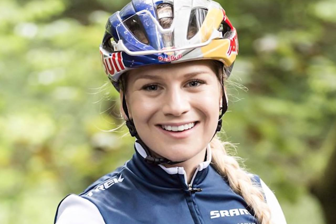 Evie Richards fra Storbritannia tok sin andre verdenscupseier på tre dager under kortbanerittet i Nove Meste fredag ettermiddag. Foto: Redbull